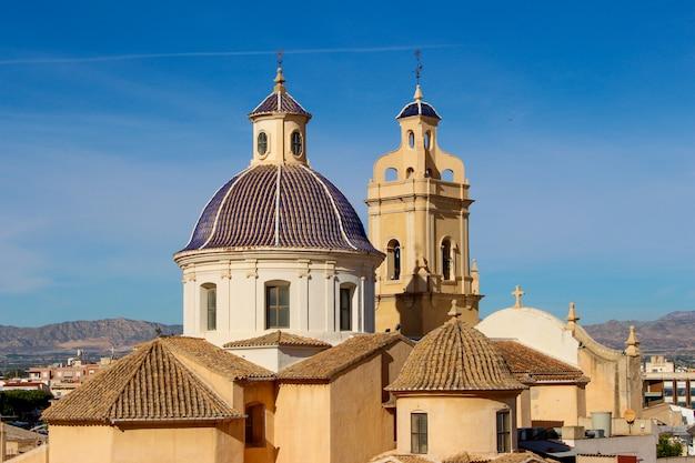 Iglesia de san juan y castillo de cox en la vega baja, alicante, españa Foto Premium