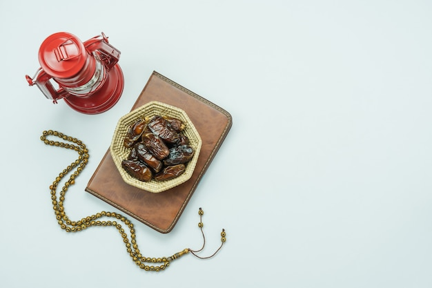 Imagen aérea de la vista superior de tabla del fondo del día de fiesta de ramadan kareem de la decoración. Foto Premium