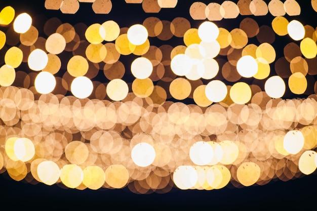 Imagen borrosa de luces colgando en el arco Foto gratis