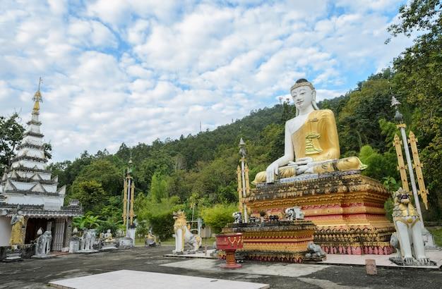 Imagen de buda sentado en birmania en tailandia Foto Premium