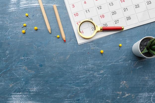 Imagen conceptual de negocios y reuniones. calendario para recordarle una cita importante y lupa Foto Premium