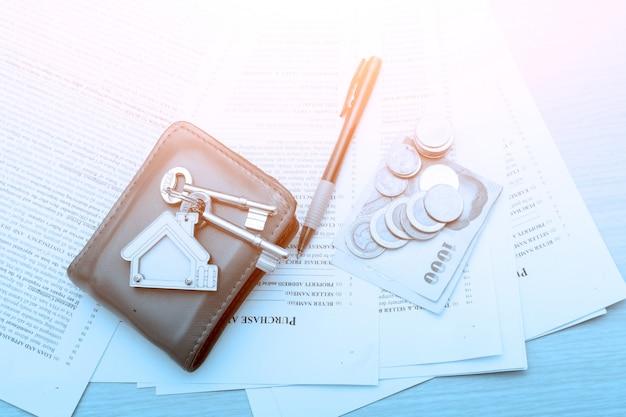 Imagen del contrato de arrendamiento residencial con dinero y llaves. Foto Premium
