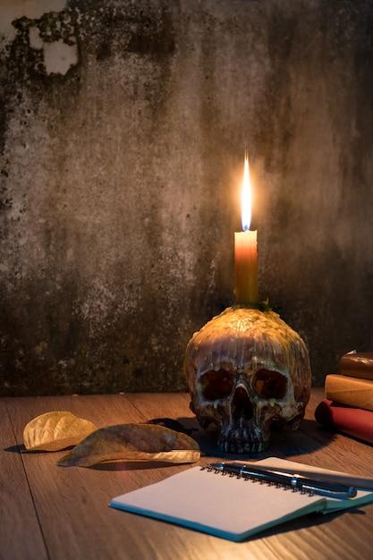 Imagen de halloween con una vela ardiente en una antigua cráneo ...
