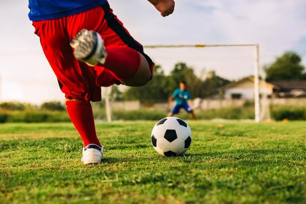 Una imagen del deporte de acción del niño jugando fútbol soccer para hacer  ejercicio en la comunidad bajo el   Foto Premium