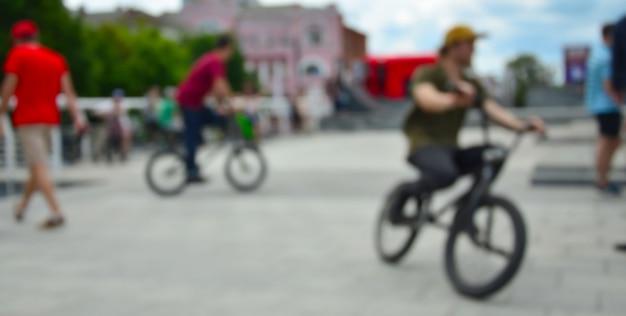 Imagen desenfocada de mucha gente con motos bmx. encuentro de aficionados a los deportes extremos. Foto Premium