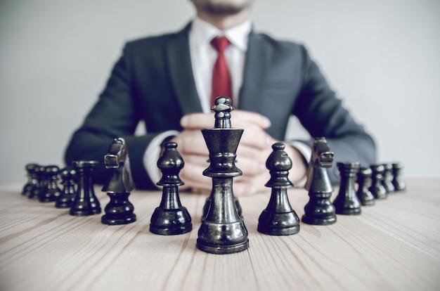 Imagen de estilo retro de un empresario con la estrategia de planificación de las manos juntas. Foto Premium