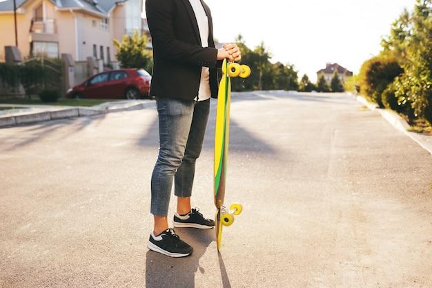 Imagen de un hombre con longboard en camino Foto gratis