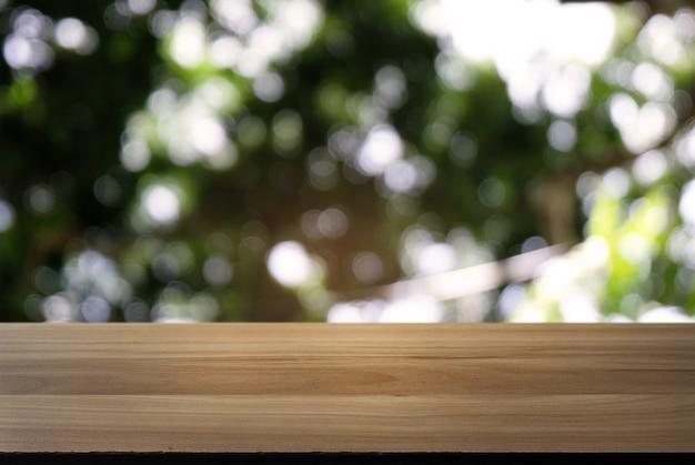 Imagen de la mesa de madera oscura delante de fondo for Jardin al aire libre de madera deco