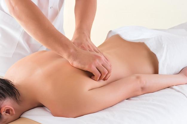 La imagen de mujer hermosa en salón de masajes Foto gratis