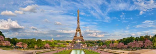 Imagen panorámica de la torre eiffel de trocadero en primavera. Foto Premium