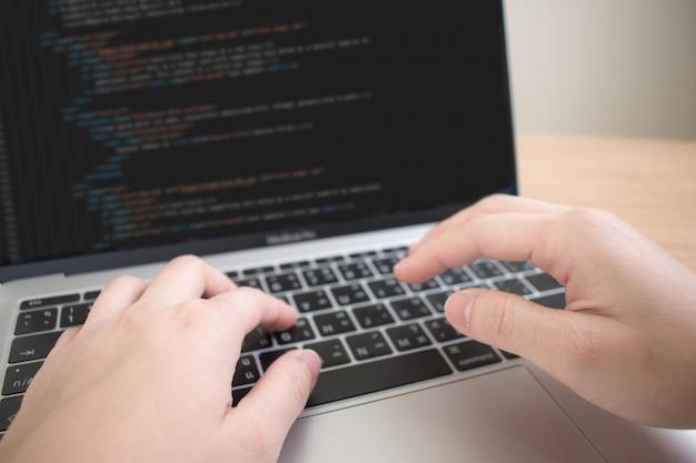 Una imagen de primer plano de una mano que trabaja en un programador para crear algunos sistemas. Foto Premium