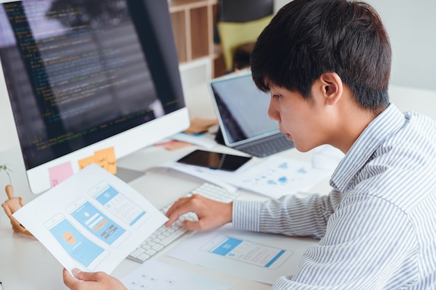 Imagen recortada de los diseñadores de front-end ux ui front-end que desarrollan programación y codificación de aplicaciones móviles a partir de prototipos y diseños alámbricos. desarrollador de aplicaciones móviles de trabajo concepto. Foto Premium