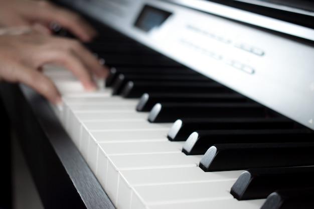 Imágenes borrosas a manos de músicos que tocan el piano. Foto Premium