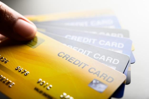 Imágenes de primer plano de múltiples teléfonos con tarjeta de crédito Foto gratis