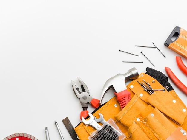 Implementos de carpintería sobre fondo blanco. Foto Premium