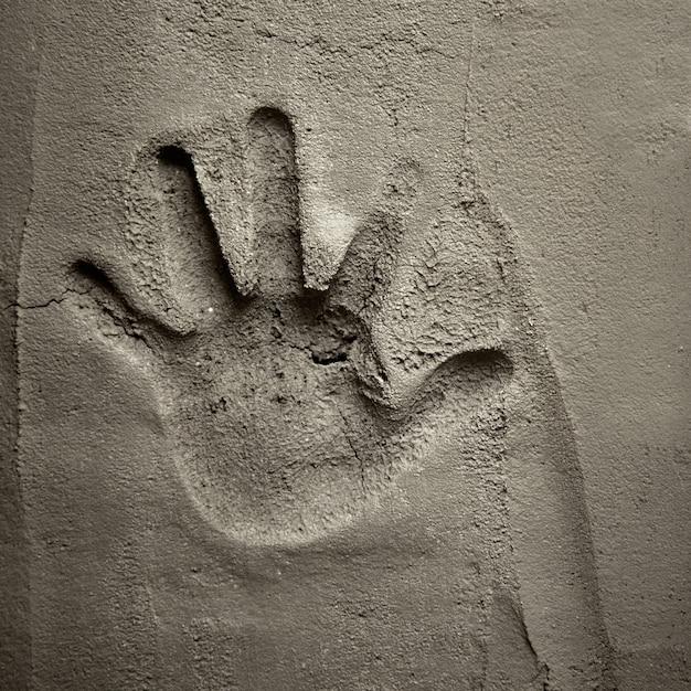 Impresión de la mano en la pared de mortero de cemento Foto Premium