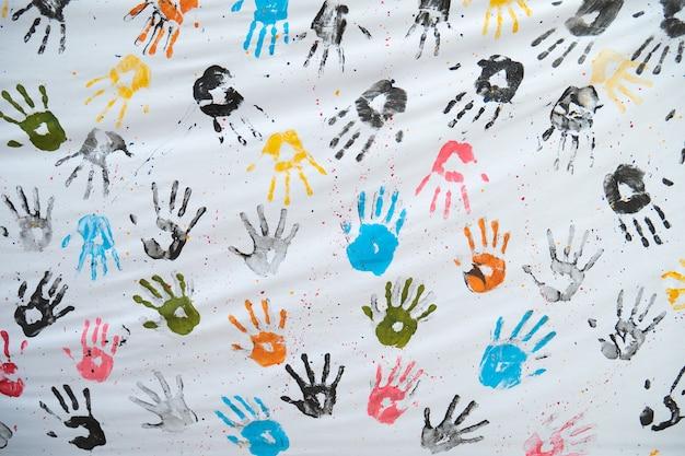 Impresiones coloridas de la mano en la tela blanca Foto Premium