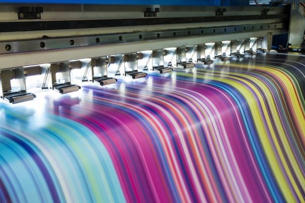Impresora de inyección de tinta grande que trabaja multicolor en vinilo Foto Premium