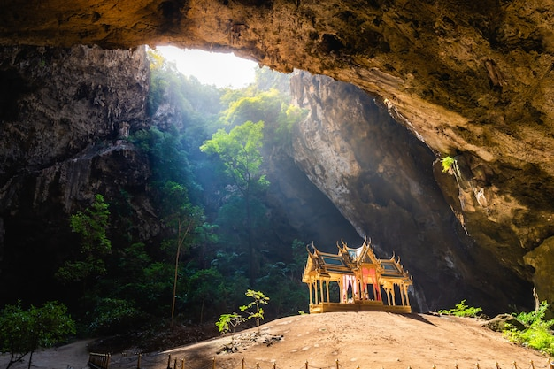 Increíble cueva phraya nakhon en el parque nacional khao sam roi yot en prachuap khiri khan Foto Premium