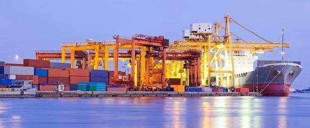 Industria de panorama de terminal de puerto Foto Premium