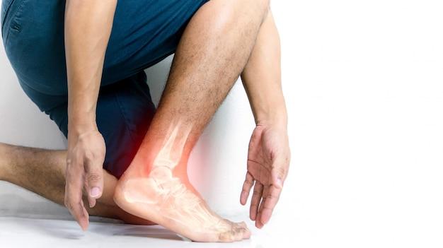 Inflamación del tobillo óseo de humanos con inflamación Foto Premium