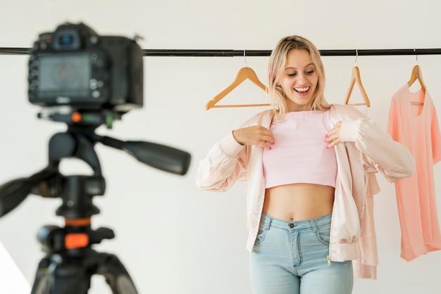 Influencer rubia grabando vídeo de moda Foto gratis