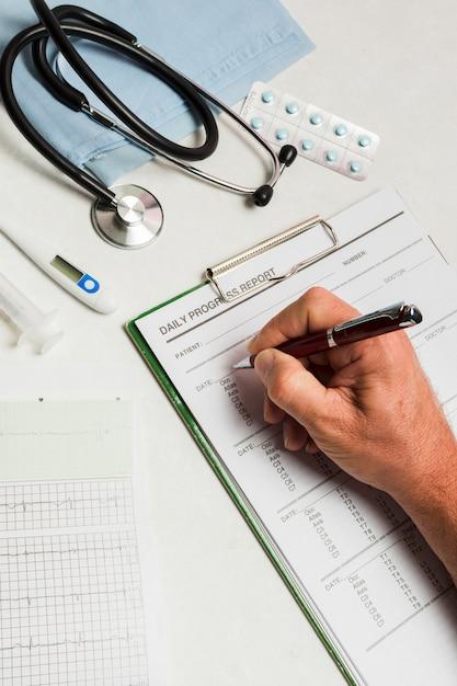 Informe médico con material médico Foto gratis