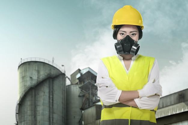 Ingeniero de construcción asiático mujer usando una máscara protectora para protegerla contra la contaminación del aire Foto Premium
