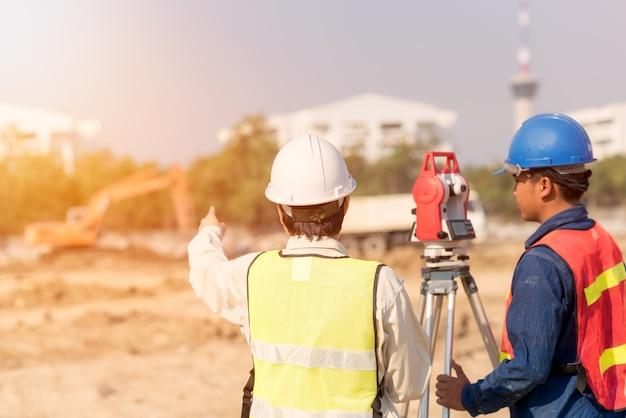 Ingeniero de construcción con capataz trabajador comprobando el sitio de construcción Foto Premium