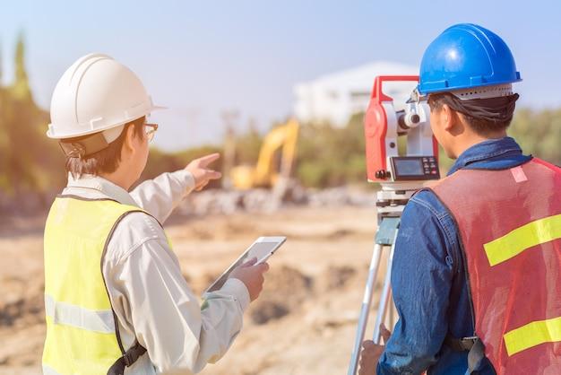 Ingeniero de construcción y obrero capataz revisando el sitio de construcción Foto Premium