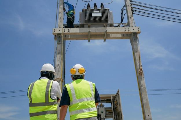 Ingeniero eléctrico en obra Foto Premium
