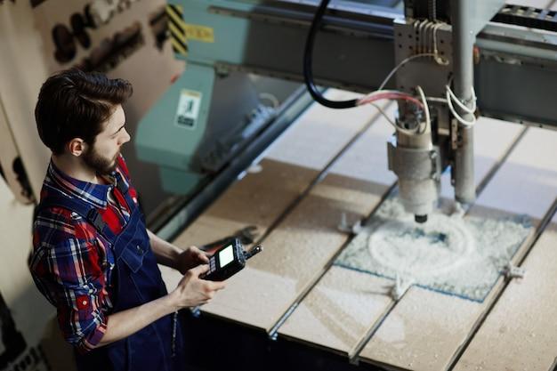 Ingeniero en fábrica Foto gratis