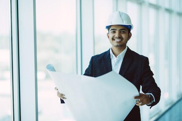 Ingeniero indio en el trabajo en una obra de construcción Foto gratis