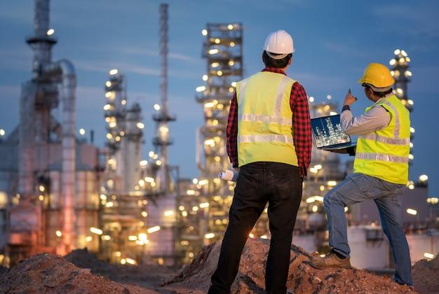 Ingeniero de la industria de refinería usando epp en el sitio de construcción de la refinería Foto Premium