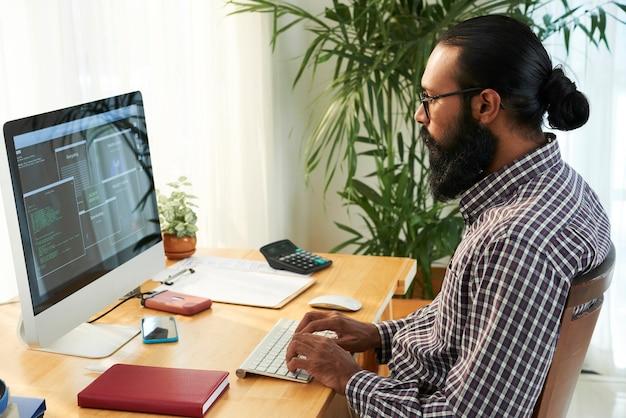 Ingeniero informático trabajando con su pc Foto gratis