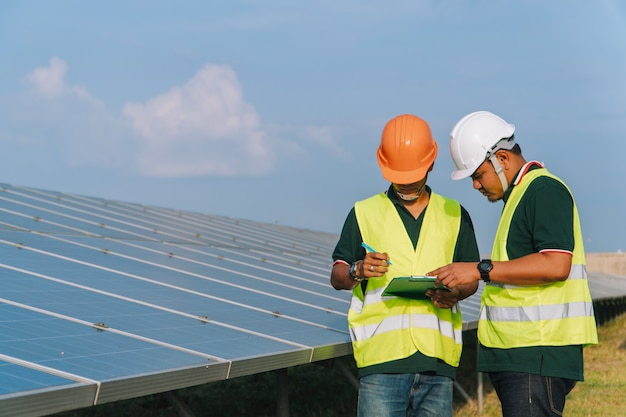 Ingeniero inspeccionar panel solar en planta de energía solar Foto Premium