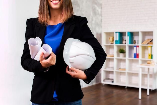 Ingeniero mujer con casco Foto gratis