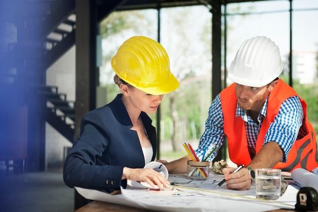 Ingeniero de la mujer en la construcción del sitio Foto gratis