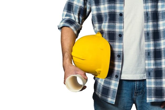 Ingeniero sosteniendo el casco amarillo para la seguridad de los trabajadores Foto Premium