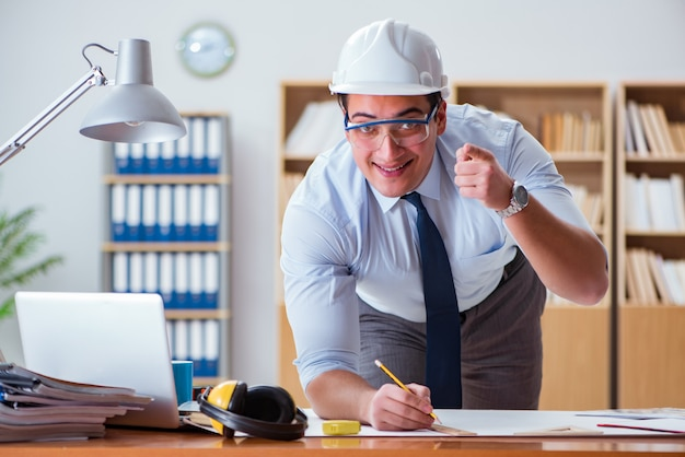 Ingeniero supervisor trabajando en dibujos en la oficina Foto Premium