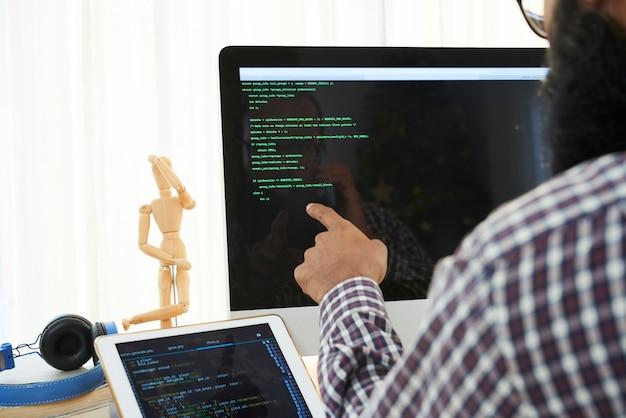 Ingeniero de ti analizando código Foto gratis