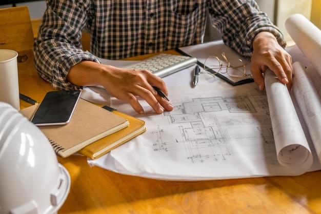Ingeniero trabajando en blueprintnstruction concepto demo 24 malvernweather Image collections