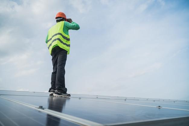 Ingeniero trabajando en panel de mantenimiento en planta solar. Foto Premium