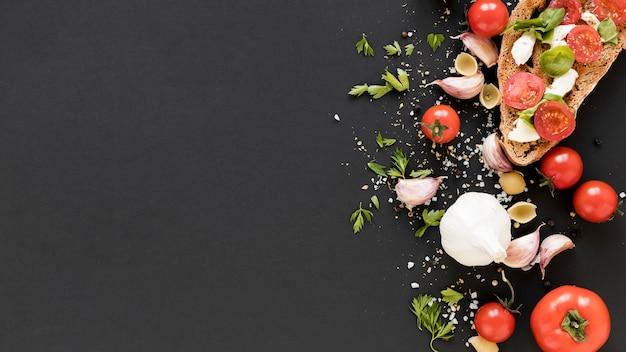 Ingrediente fresco orgánico en el mostrador de la cocina negro Foto gratis