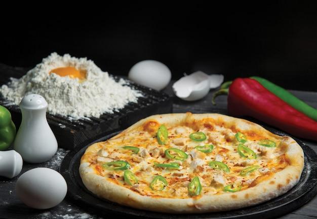 Ingrediente mixto pizza horneada y pizza hecha con harina y huevo Foto gratis