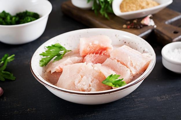 Ingredientes para el bacalao casero de pastel de pescado Foto gratis