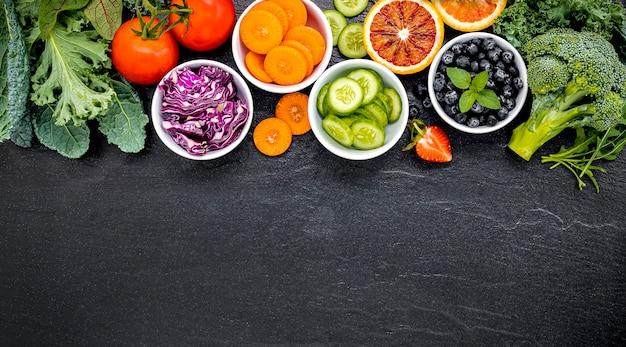 Ingredientes coloridos para batidos y jugos saludables con copia espacio de fondo Foto Premium