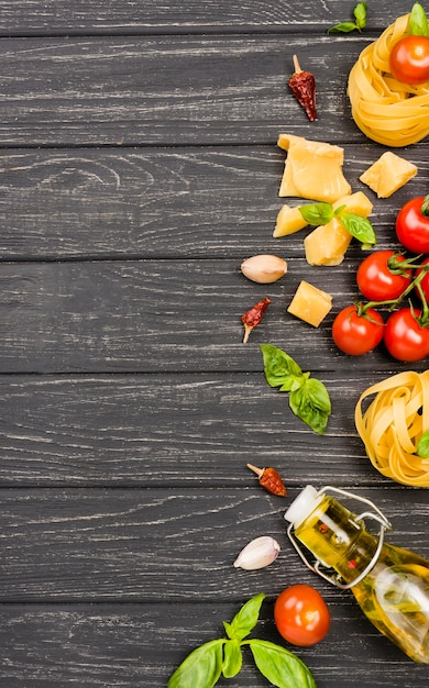 Ingredientes para comida italiana en el escritorio Foto gratis