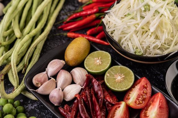 Los ingredientes de la ensalada de papaya incluyen papaya. Foto gratis