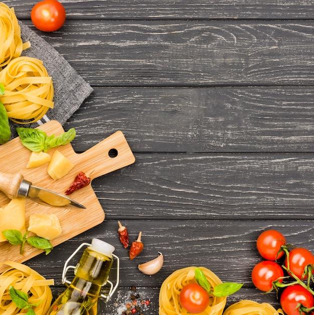 Ingredientes para fideos con verduras. Foto gratis